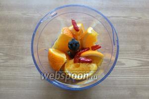 В чашу блендера положим дольки апельсина и перец чили. Чтобы не было очень остро, уберите семечки, но это по желанию.