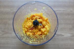 Всё измельчим. Не измельчайте в пюре, пусть останутся небольшие кусочки. Если получится слишком густая масса, то можно добавить 2-3 ложки воды или апельсинового сока.