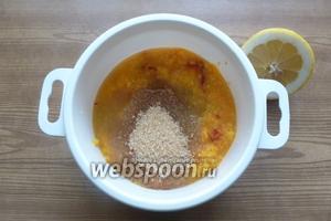 Переложим апельсиновую массу в кастрюлю для СВЧ, добавим треть стакана сахара и лимонный сок. Размешаем.
