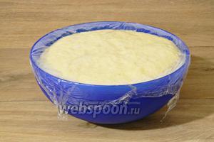 Тесто выкладываем в глубокую миску, накрываем пищевой плёнкой и оставляем в тепле на 2 часа. За это время оно сильно увеличится в объёме.