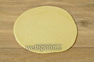 От теста отщипываем небольшой кусочек и раскатываем его в пласт толщиной 2-3 мм.