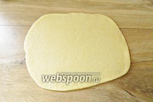 Для приготовления печенья с начинкой из фиников, тесто следует раскатывать в пласт прямоугольной формы.