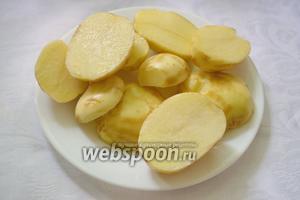 Каждый корнеплод разрезать пополам вдоль. Если картофель слишком крупный, можно его разрезать на 4 части.
