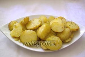 За 5-7 минут до готовности добавьте соль, специи. Перемешайте картофель со специями и дайте специям обогатить картофель ароматом. Оставить под крышкой до готовности и мягкости картофеля. Если обжаривать дольше, то на картофеле появится румяная корочка. Я предпочитаю более диетический вариант.