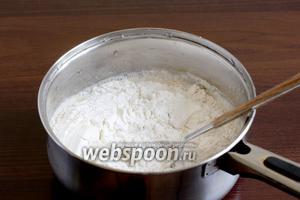 Влить половину молока и всыпать муку — 2 ст. ложки амарантовой и 4 ст. ложки пшеничной. Ложки набирать без высокой горки.