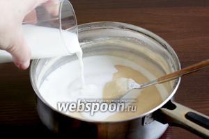 Влить оставшееся молоко и кипячёную воду. Добавить растительное масло.