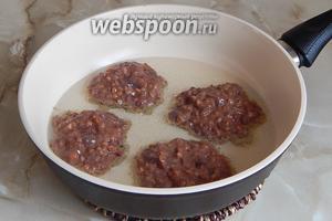 Разогреваем сковороду с маслом и столовой ложкой выкладываем котлетки. Обжариваем с одной стороны около 7-8 минут.