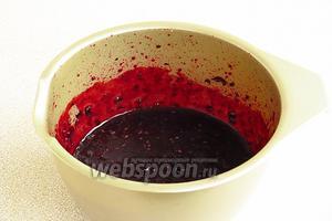 С помощью блендера превратить ягоды с сахаром в пюре.
