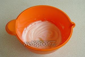 Отдельно взбить белки с небольшим количеством соли в крепкую пену, в конце небольшими порциями добавить оставшийся сахар.