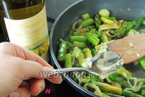 Затем наливаем вино и не закрывая крышкой тушим ещё 2 минуты.