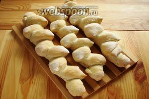 Готовые хлеб достаем и остужаем под полотенцем. Затем можно кушать. Приятного аппетита!