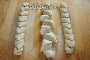 Затем берём ножницы и держа под углом примерно в 45 градусов на определенном расстоянии надрезаем практически до конца, на ломтики наш хлеб. Кусочки багета раздвигаем в противоположные стороны друг от друга.