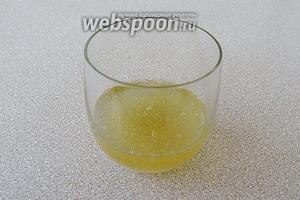 Желатин залить холодной кипячёной водой и оставить на 40 минут.