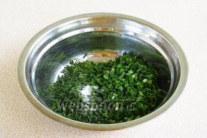 Зелёный лук соединить с зеленью укропа и посыпать солью.