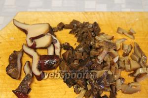 Мелко порубить промытые солёные грибы.