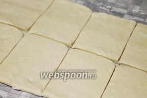 Слоёное тесто раскатать в пласт до 0,5-0,3 см.