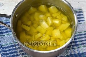 Картофель очистить и порезать кубиком. В кастрюле соединить  кипящий бульон и картофель. Готовить 15 минут.