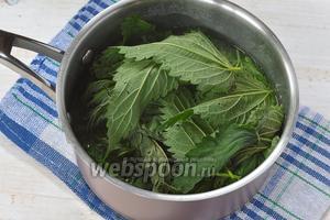 В кастрюлю с картофелем добавить промытые и оборванные от хвостиков листья крапивы. Готовить 3 минуты.