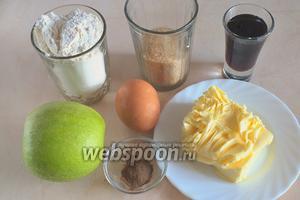 Подготовьте необходимые ингредиенты: муку, сахар, размягчённое масло, крупное (С0) яйцо, кленовый сироп, крупные зелёные яблоки, корицу.
