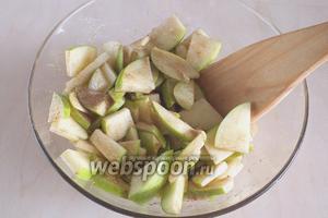 Нарежьте яблоки ломтиками, добавьте сироп, корицу и перемешайте. Оставьте настояться.