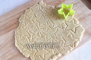Разогрейте духовку до 200 ºC.  Отделите от теста ¼ часть. Тонко раскатайте и вырежьте с помощью формочки декор для верхушки пирога.