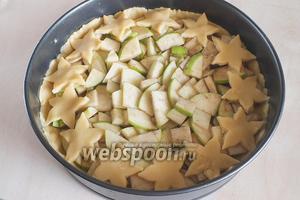 Оставшееся тесто распределите по форме. Выложите сверху яблочную начинку, украсьте фигурками из теста. Отправьте в духовку и выпекайте до золотистого цвета!