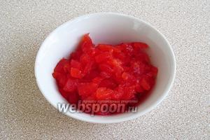 У плодоножки помидоров сделать срез в форме кольца, а с противоположной стороны сделать неглубокий крестообразный надрез. Помидоры положить в кипяток на 12–14 секунд и, когда кожица отойдет, сразу же обдать холодной водой и снять кожицу. Помидоры разрезать, удалить семена, а мякоть мелко нарезать.
