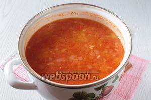Добавить в суп помидоры и томатную пасту, а также мясо. Варить 15 минут на небольшом огне.