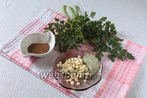 Чеснок измельчить, зелень мелко порезать. Добавить в суп за 5 минут до готовности лавровый лист, чеснок, зелень и хмели-сунели. Посолить по вкусу.