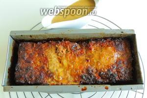Сервируем Глазированный хакбратен с ревенным соусом. Режем на куски и поливаем соусом. Приятного аппетита!