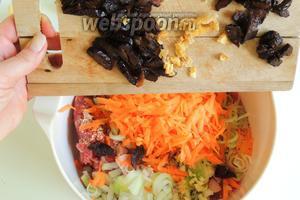 Так же добавим нарезанный лук-порей, лук, зубчик чеснока, шинкованную морковь, нарезанные сливы и мелко нарезанный имбирь.