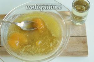 Для глазури смешаем растопленное масло с вином и мёдом.