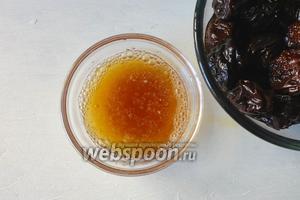 Остывшим соком от чернослива залить желатин. Далее готовим желатин по инструкции.