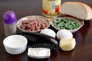 Для приготовления фаршированного баклажана в мясной шубке нужно взять средние баклажаны (или один большой), сыр (у меня Маздам и Пармезан), лук, яйца, булку, молоко, сметану, фасоль замороженную, растительное масло, соль и перец.