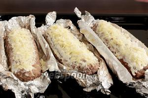 Посыпать сыром, который мы оставляли ранее. Снова поставить в духовку на 10 минут и запекать до румяной корочки.