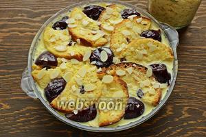 Посыпать орешками. Выпекать при 170 °C 20-30 минут (выше 170 °C могут свернуться яйца).