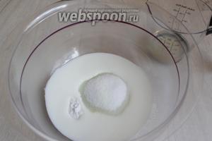 Кефир смешаем с сахаром и содой.