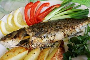 Для гарнира взять запеченный картофель и свежие овощи и травы, есть, поливая свежевыжатым соком лимона.