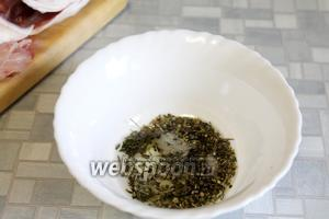 Приготовить пряную смесь из масла, соли, лимонного сока и пряностей.
