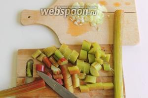 Концы у стеблей ревеня отрезаем, если есть твёрдая шкурка, то убираем. Нарезаем стебли на куски. Лук нарезаем, как вам удобно.