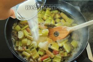 В кипящий сок кладём ревень и сахар. Размешаем и варим с закрытой крышкой, при температуре ниже среднего около 8 минут.