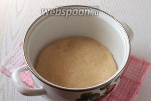Добавить ванилин. Вмешать частями муку и замесить тесто. Накрыть и оставить в тёплом месте на 1 час.