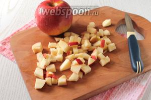 Для начинки яблоки нарезать кубиками.