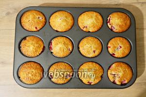 И выпекаем кексы при температуре 180 °С 25-30 минут. Готовые кексы остужаем.