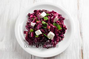 Разложить порционно. Добавить ещё кубики брынзы и рваной зелени листьев ботвы свёклы. Салат можно подать на самом листке ботвы. Подавать салат к обеду.