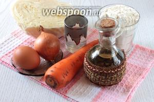 Для приготовления чебуреков с капустой нам понадобятся вода, яйцо куриное, водка, соль, перец чёрный молотый, мука пшеничная, лук репчатый, морковь, капуста и растительное масло в тесто и для фритюра.