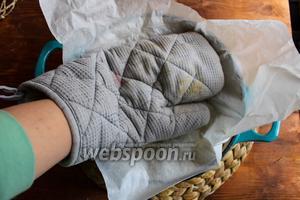 Оденьте на руку перчатку и придавите картофель, чтобы сформировать плоский оладушек рести.
