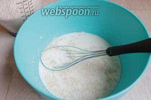 Разведем в тёплом молоке дрожжи. Далее добавим сахар, яйцо, соль.