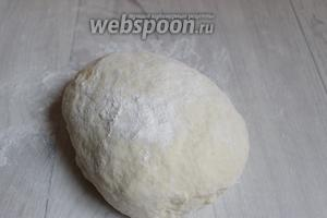 Замесим тесто. Если муки будет мало, добавим немного. Тесто не должно быть слишком тугим. Убираем его в тёплое место. Накрываем полотенцем.