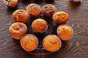 Ароматные и очень вкусные кексы со смородиной готовы. Перед подачей посыпать сахарной пудрой.